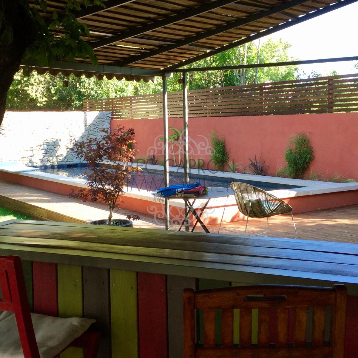 Belle piscine, vue du pool house