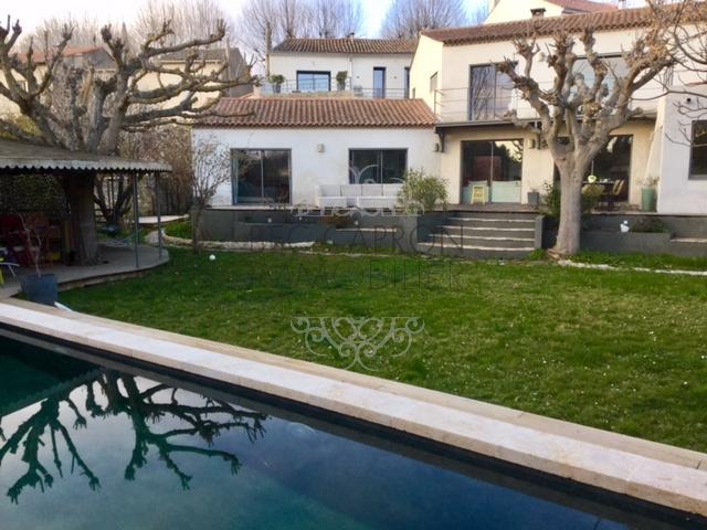 Vue de la piscine. façade blanche