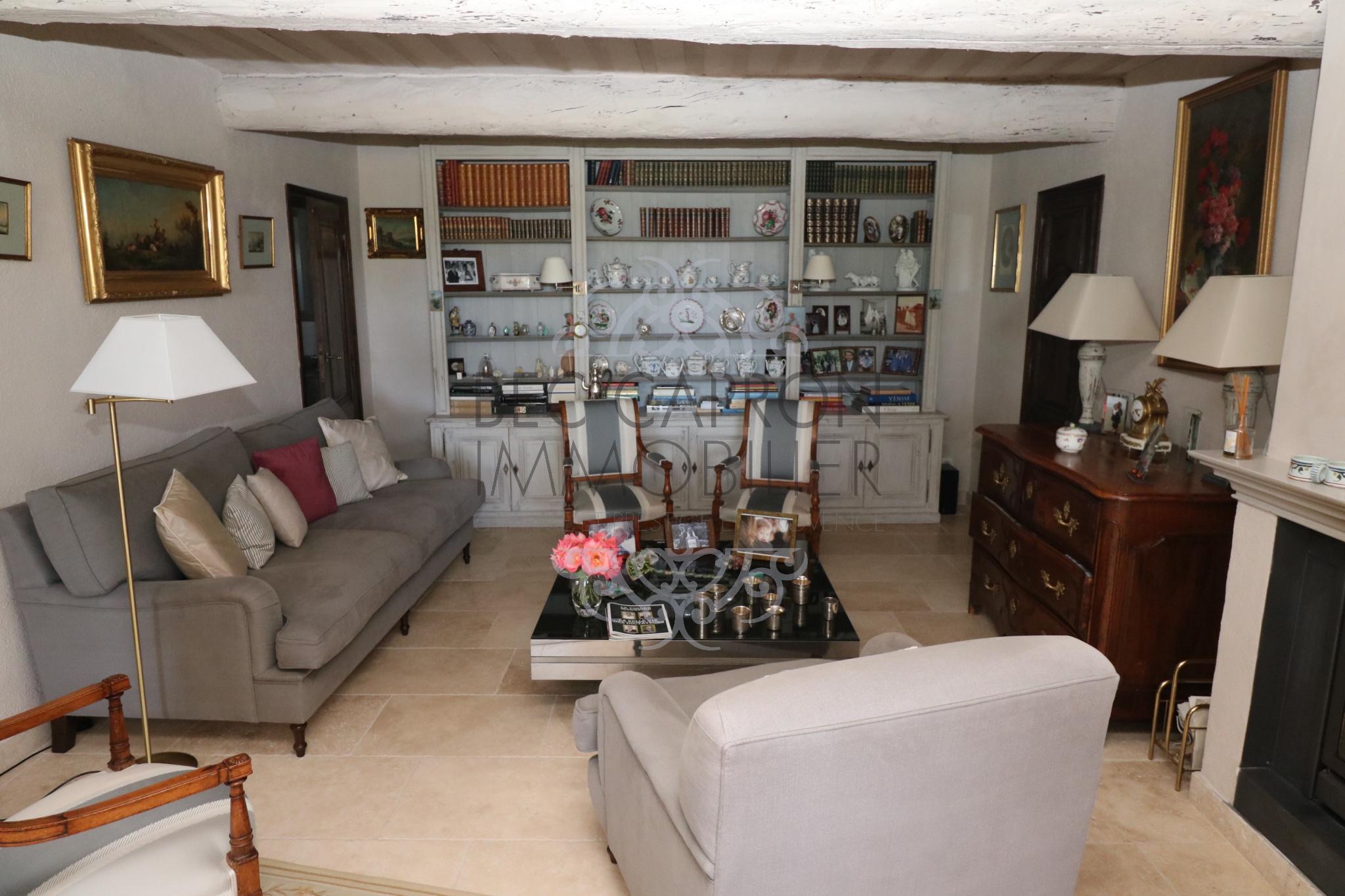 Grand salon avec cheminée belle pierre ancienne