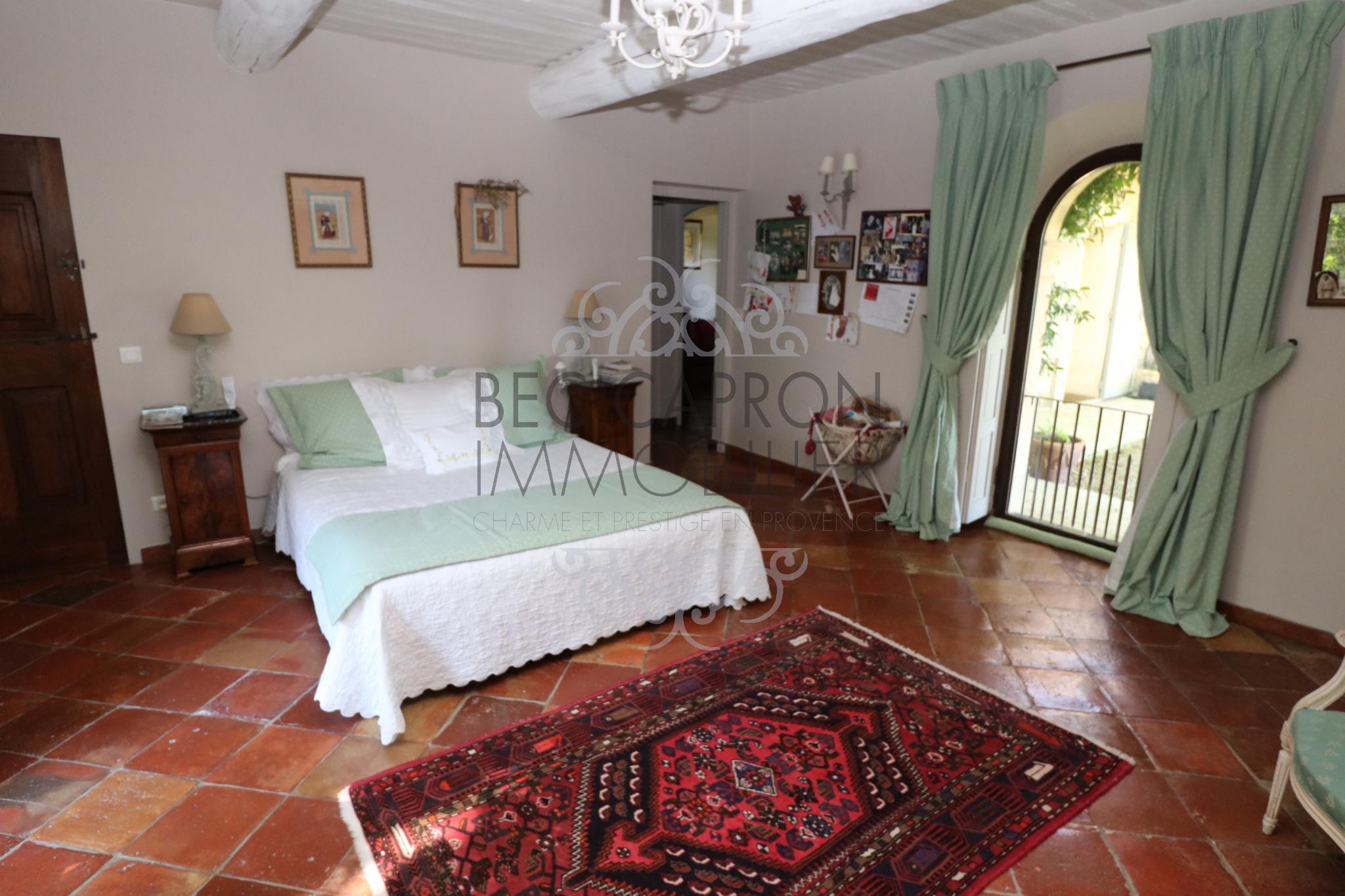 Grande chambre avec tomette ancienne et chauffage au sol
