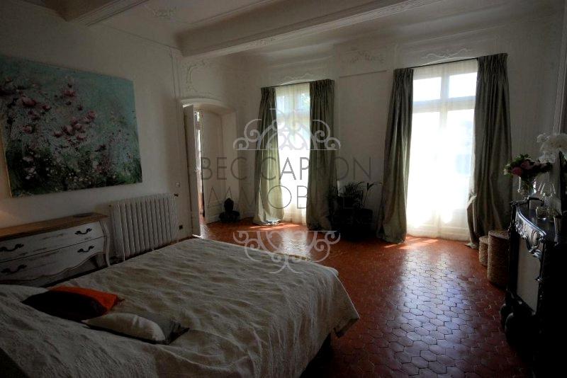 chambre avec terre cuite au sol