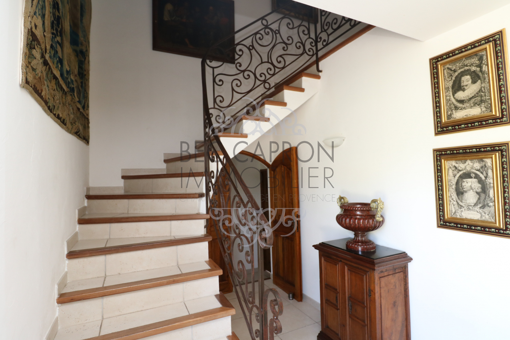 escalier avec rampe en fer forgé