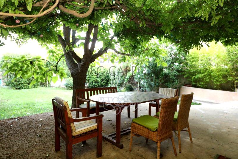Terrasse ombragée avec vue sur jardin.