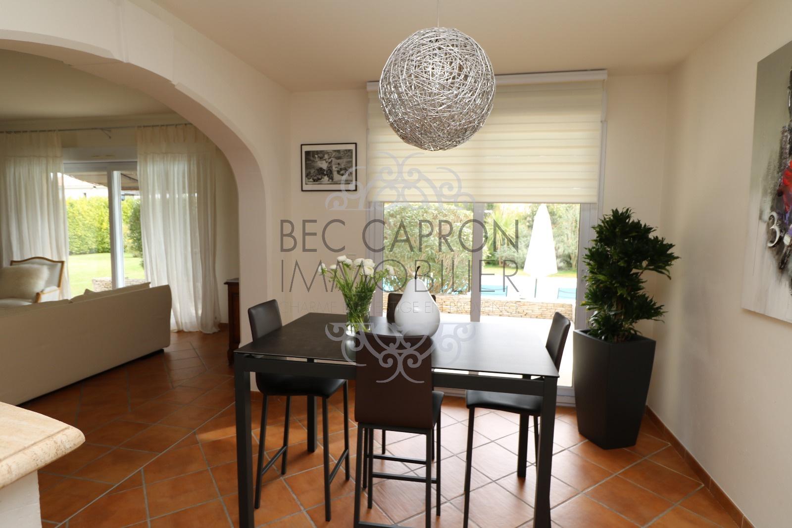 Espace cuisine avec table à déjeuner. et vue sur le salon