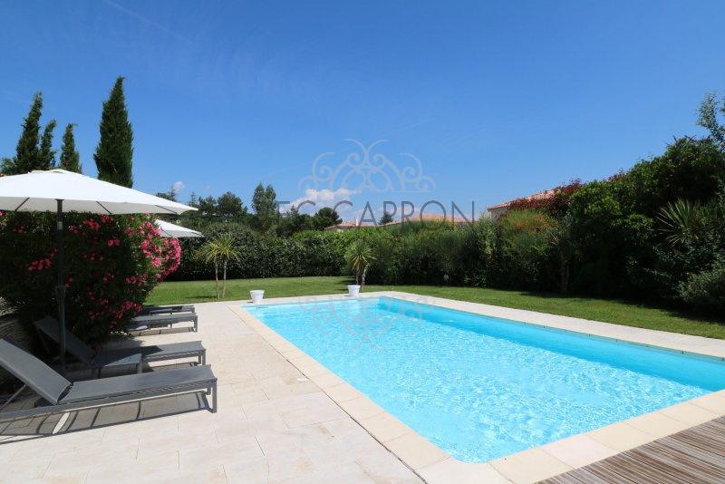 Belle piscine sur un beau terrain de  2500m² arboré